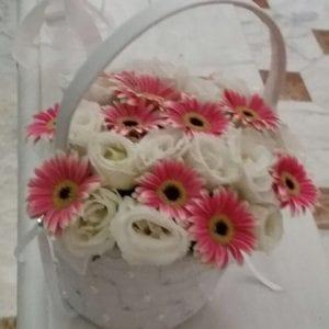 סידור פרחים בסלסלה
